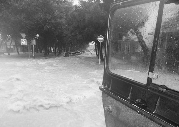 «Зрелище, конечно, очень печальное. Вода шла таким потоком, что асфальт выворачивало», – так прокомментировал ситуацию губернатор Краснодарского края Александр Ткачев