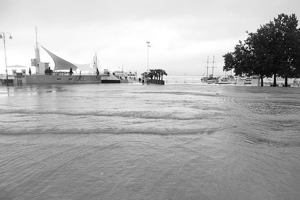 В результате наводнения сильно пострадал городской пляж Геленджика, вся набережная оказалась залита водой