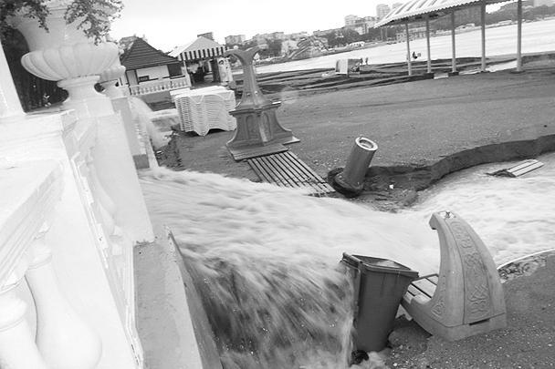 Наводнение было такой силы, что местным жителям пришлось забираться на возвышающиеся места