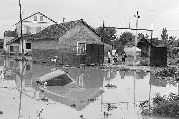 Пережив стихию, жители осматривают свои потери