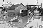 Пережив стихию, жители осматривают свои потери(фото: ИТАР-ТАСС)