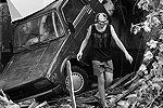 Местные жители осматривают свои владения, пострадавшие от стихии(фото: ИТАР-ТАСС)