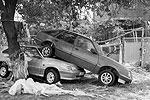 Я много чего видел, но чтобы машина на машине...Кстати, по разговорам многие брали авто в кредит и еще не успели расплатиться(фото: Валерий Павлов, журналист)