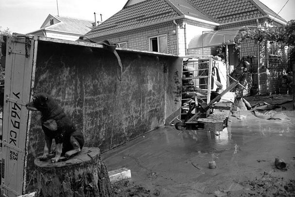 Вода в Крымске сошла, но грязи остается очень много