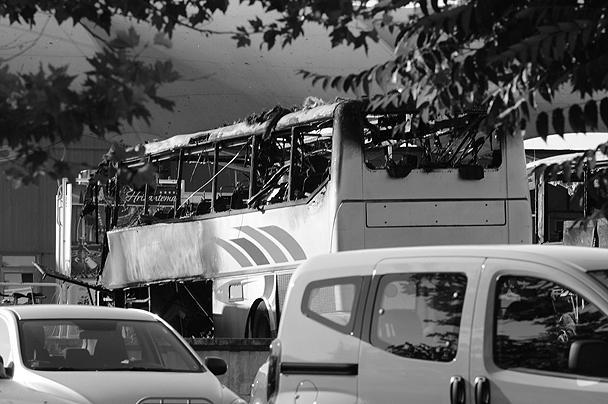 Очевидцы утверждали, что взрыв произошел в багажнике автобуса