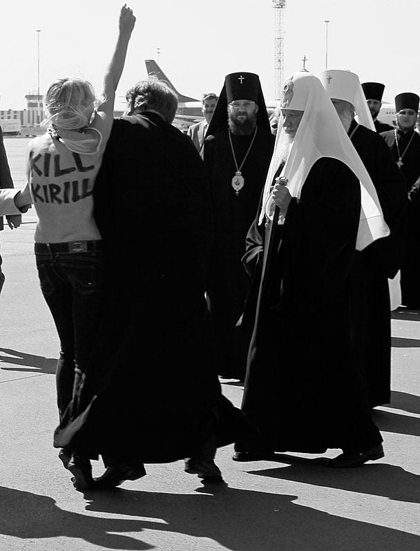Полуобнаженная активистка украинского движения FEMEN попыталась прорваться к прилетевшему в киевский аэропорт патриарху Московскому и всея Руси Кириллу. Девушку, выкрикивавшую «Изыди вон», тут же задержала милиция