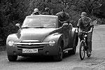 Похищенную невесту Трус, Балбес и Бывалый возят в красном кабриолете(фото: ИТАР-ТАСС)