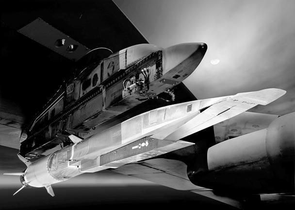 Во время испытаний воздушное судно должно было находиться в свободном падении после отцепления от бомбардировщика около четырех секунд – за это время его двигатель должен был быть запущен