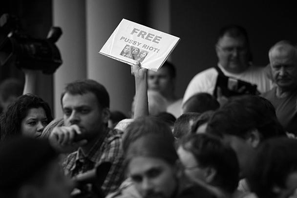 Москва. К зданию Хамовнического суда стягивались сторонники Pussy Riot, чтобы выразить свою позицию несанкционированными акциями и одиночными пикетами, не требующими согласования с властями