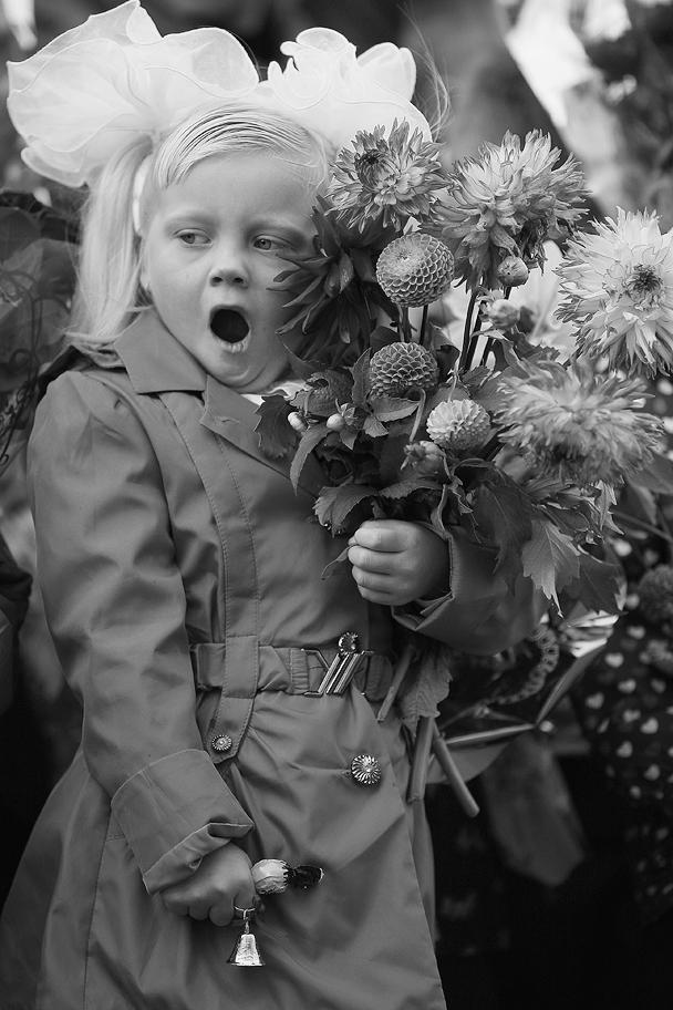 Белые банты, яркие цветы, конфета, выданная мамой на удачу, и еще не отошедшие от летнего отдыха школьники – неизменные атрибуты Дня знаний