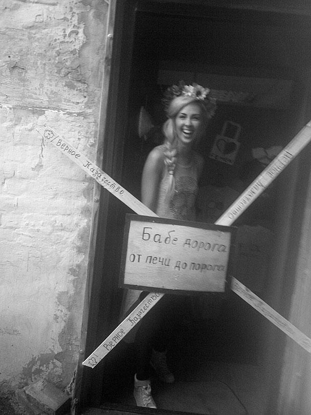 Представители организации, называющей себя «Верное казачество», выразили свое отношение к украинской группе FEMEN, известной своими скандальными акциями. Скандируя «За веру, царя и отечество!», помахивая молотками и есаульскими нагайками, они крест-накрест заколотили вход в офис скандальной группы в Киеве