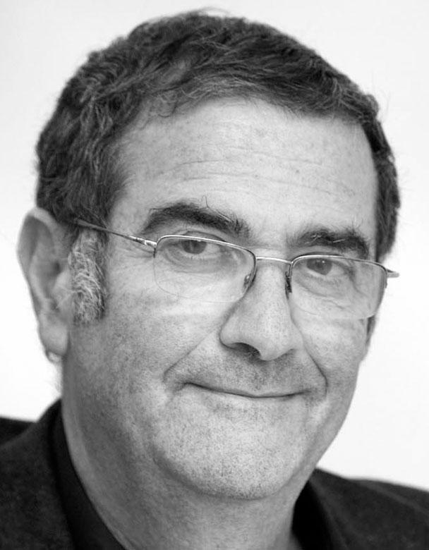 Серж Арош родился на Касабланке 11 сентября в 1944 году. В 1967 году был назначен адъюнкт-профессором физики в Национальном центре научных исследований, сначала в качестве научного сотрудника (1967-1971), научный сотрудник (1971-1973), старший научный сотрудник (1973-1975). В 1975 году был назначен профессором в университете Paris VI работал до 2001 года, после чего перешел в Колледж де Франс