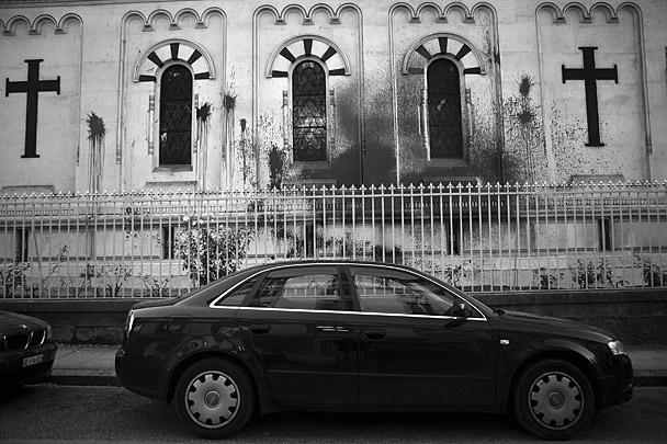 Волна актов вандализма в отношении православных святынь прокатилась по миру после вынесения приговора участницам панк-группы Pussy Riot, которые совершили хулиганскую выходку в храме Христа Спасителя в Москве