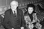 20 мая 1997 года Мстислав Ростропович прилетел в Москву на торжества, посвященные его 70-летию. На снимке: Мстислав Ростропович и Галина Вишневская ожидают свой багаж в московском аэропорту(фото: ИТАР-ТАСС)