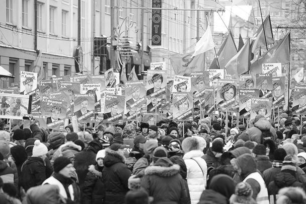 Над колоннами протестующих реют флаги оппозиционных движений, таких как «Солидарность» и РПР-Парнас