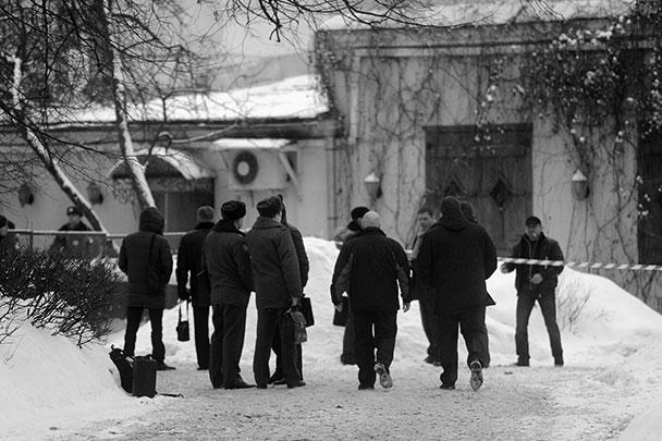 Работающим на месте оперативникам удалось практически полностью восстановить картину случившегося. «Покушение на Усояна было совершено, когда он выходил из ресторана с охраной. Также была ранена женщина, которая госпитализирована. Предположительно, это сотрудница ресторана», – сказал источник РИА «Новости». СМИ называли Усояна одним из самых влиятельных криминальных авторитетов в России