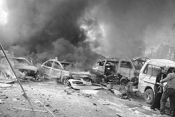 На месте взрыва, находящегося в 150 метрах от ограждения российского посольства и приблизительно на таком же расстоянии от здания центрального комитета партии Баас, образовалась воронка площадью два на три метра. На расположенном вблизи от места взрыва автовокзале разрушены десятки маршрутных такси