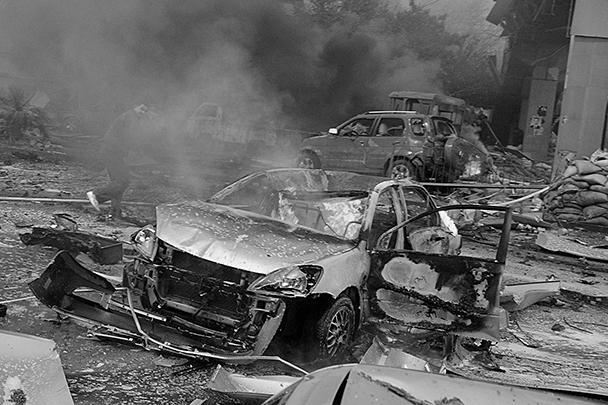 По приблизительной оценке сотрудников спецслужб, работающих на месте взрыва, количество взрывчатки, находящейся в автомобиле смертника, составляло не менее тысячи килограммов. Фрагменты тел и автомобилей обнаруживаются на расстоянии до 300 метров от места взрыва в глубине жилых кварталов