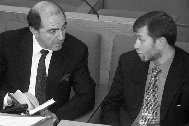 Депутаты Борис Березовский и Роман Абрамович на первом пленарном заседании Госдумы третьего созыва в 2000 году. Спустя долгие годы им предстоит встретиться в суде