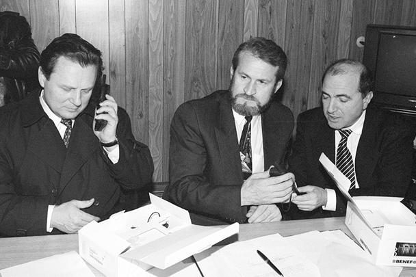 Двусторонние переговоры в Чечне, 27 января 1996 года: глава Совбеза Иван Рыбкин и его заместитель уговаривают власти республики проголосовать за Ельцина. Между российскими чиновниками сидит Ахмед Закаев, сбежавший в Лондон вместе с Березовским