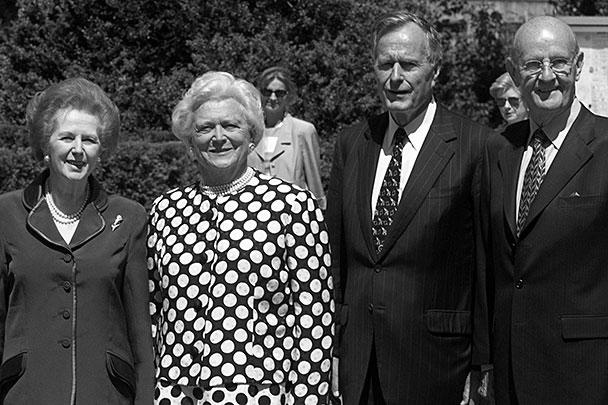 1999 год. Бывший президент США Джордж Буш-старший (второй справа), его жена Барбара (вторая слева), бывшая премьер Великобритании Маргарет Тэтчер и бельгийский бизнесмен Роджер де Клерк на его дне рождения