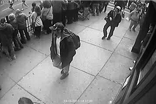 По словам представителя ФБР Ричарда Делорье, руководящего расследованием, эти изображения были получены с камер видеонаблюдения, установленных в районе взрывов