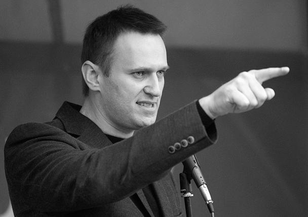 Алексей Навальный вышел на трибуну с женой Юлией и не стал призывать, как год назад, штурмовать Кремль. Оппозиционер пообещал прийти еще