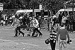 30 человек пострадали в Париже в ходе беспорядков, устроенных футбольными хулиганами по случаю вручения столичному клубу «Пари Сен-Жермен» чемпионского трофея(фото: Reuters)