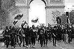 Празднование на Трокадеро переросло в столкновения с полицией: в спецназ полетели камни, бутылки и металлические ограждения, в ответ в ход пустили слезоточивый газ и резиновые пули(фото: Reuters)