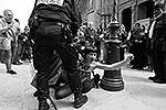 Активистка была выдворена из собора полицией(фото: femen.org)