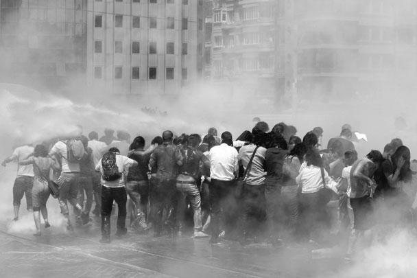 Полиция применила против манифестантов водометы