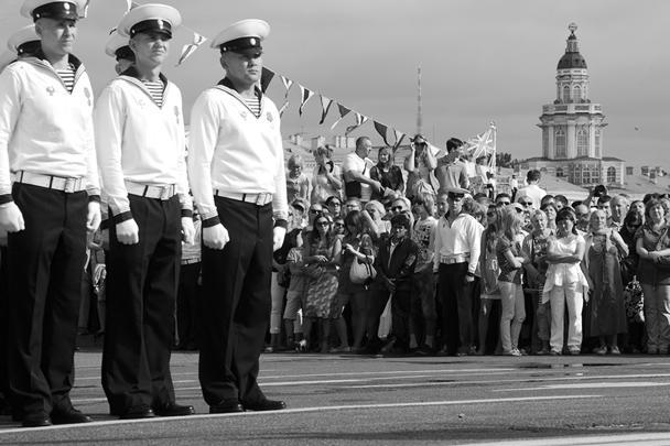 А в Петербурге в День ВМФ открылся после переезда Центральный военно-морской музей. По мнению журналистов, никогда за последние годы в этом музее не было столько людей одновременно