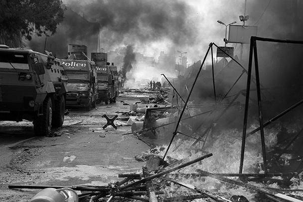 Силы безопасности перекрыли въезды в несколько районов Каира. На месте столкновений полиции с исламистами вспыхивали пожары – горели брошенные палатки