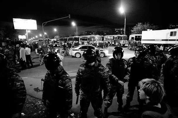 Полиция выстроилась в оцепление, чтобы предотвратить дальнейшие погромы