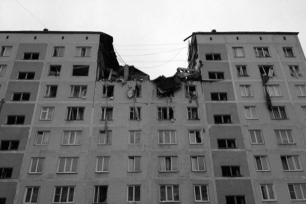 При взрыве произошло частичное обрушение конструкций четырех квартир между 8 и 9 этажами