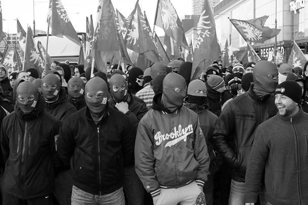 По словам очевидцев, в беспорядках участвовали несколько разрозненных националистических группировок, очевидно, близких к футбольным хулиганам