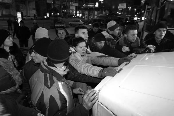 Как говорят в украинском МВД, сначала милиция попросила протестующих уйти с площади, но те отказались и начали активно сопротивляться силовикам. Первые конфликты возникли, когда силовики заблокировали машины с аппаратурой для выступлений