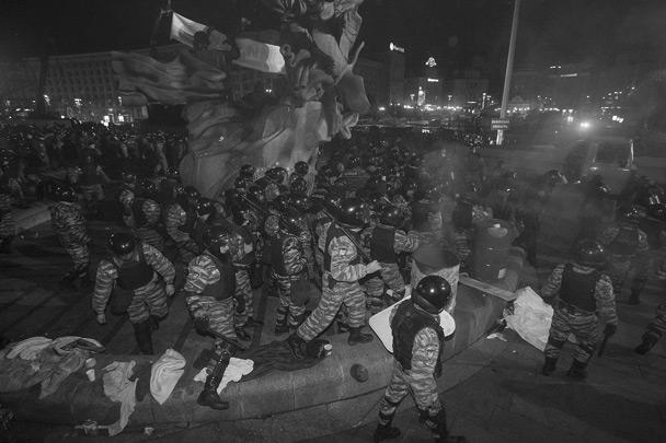 На видеозаписях, обнародованных в интернете, видно, как бойцы «Беркута» вытесняют людей от монумента Независимости, при этом избивая их дубинками. Кого-то продолжали бить даже после того, как он упал. На кадрах также видны люди с окровавленными лицами
