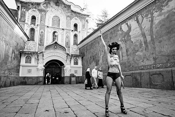 Не остались в стороне от происходящего и активистки FEMEN: одна из них с серпом в руке обнажилась у Киево-Печерской лавры, выступая против разгона сторонников евроинтеграции в украинской столице