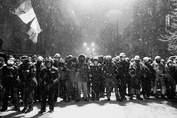 По данным местных телеканалов, защитников баррикад оказалось в несколько раз меньше, чем правоохранителей