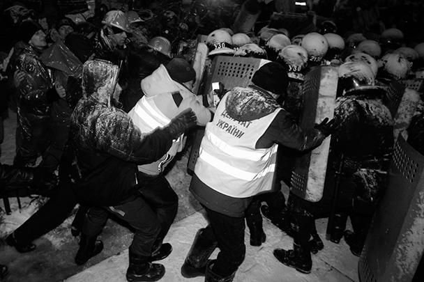 Оппозиция заявила, что силовики оттесняли митингующих с помощью дубинок, в ходе чего несколько человек получили травмы