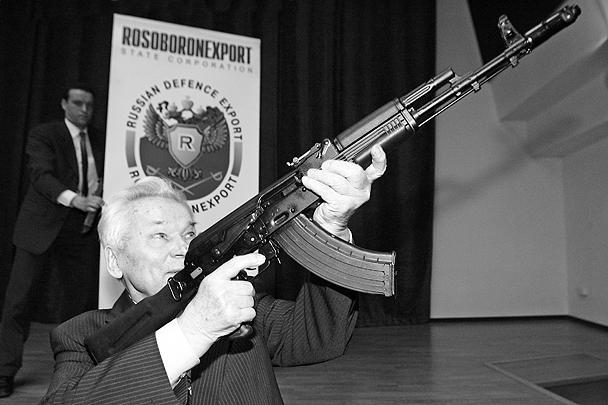 2006 год. Михаил Калашников, главный конструктор концерна «Ижмаш», целится из последней модели винтовки завода