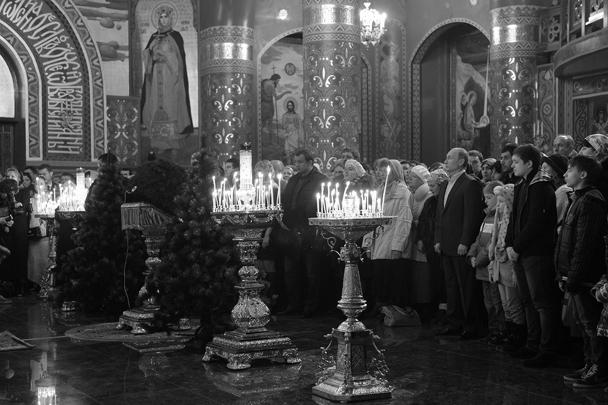 Президент появился в храме за несколько минут до полуночи, наступление Рождества он встречал, стоя в центральной части церкви рядом с прихожанами