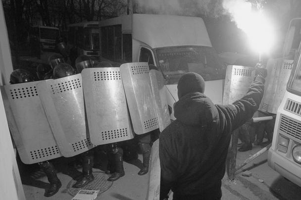 Демонстранты попытались прорваться в правительственный квартал Киева