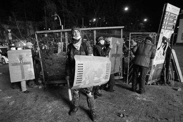 После полуночи столкновения между демонстрантами и митингующими пошли на спад
