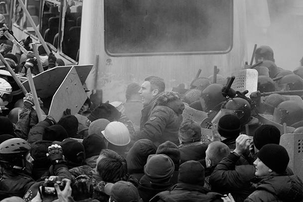 Лидер УДАРа пытался разнять разъяренных митингующих и пострадал сам