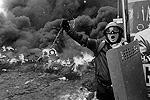 Столкновения между протестующими и киевской милицией на Украине пополнились в среду новыми эпизодами. Милиция, в частности, даже начала применять бронетехнику. Растет число пострадавших, но данные о погибших так и остаются противоречивыми(фото: Reuters)