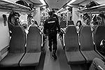 Полицейские проверяют вагоны поездов, следующих в олимпийский Сочи(фото: Reuters)