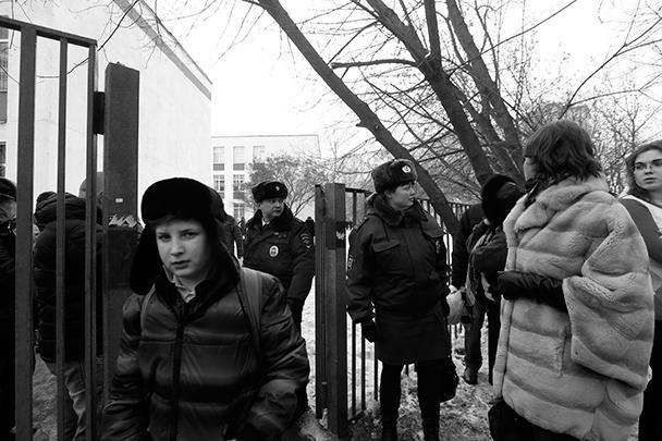По не подтвержденным официально данным, преступление мог совершить десятиклассник этой школы Сергей Гордеев. Он шел на золотую медаль, и у него якобы был конфликт с учителем географии