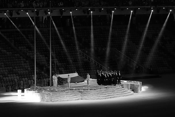 Церемония поднятия флага. Гимн России исполнил мужской хор Сретенского монастыря
